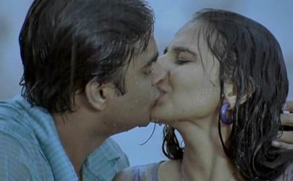 Wallpapers Kiss Scene Zareen